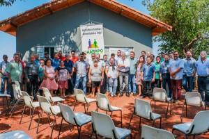 Foto: Divulgação - Autoridades e beneficiários do PNHR diante de casa entregue a beneficiários do programa, na última sexta-feira, na zona rural de Caarapó