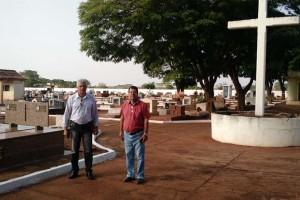 Foto: Dilermano Alves - Prefeito Mário Valério e secretário Jorge Tadeu Lopes acompanham serviços de melhorias no cemitério municipal