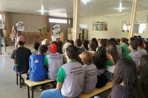 Foto: Divulgação - Estudantes da Escola Municipal Cândido Lemes dos Santos acompanham apresentação da peça de teatro Além da inocência